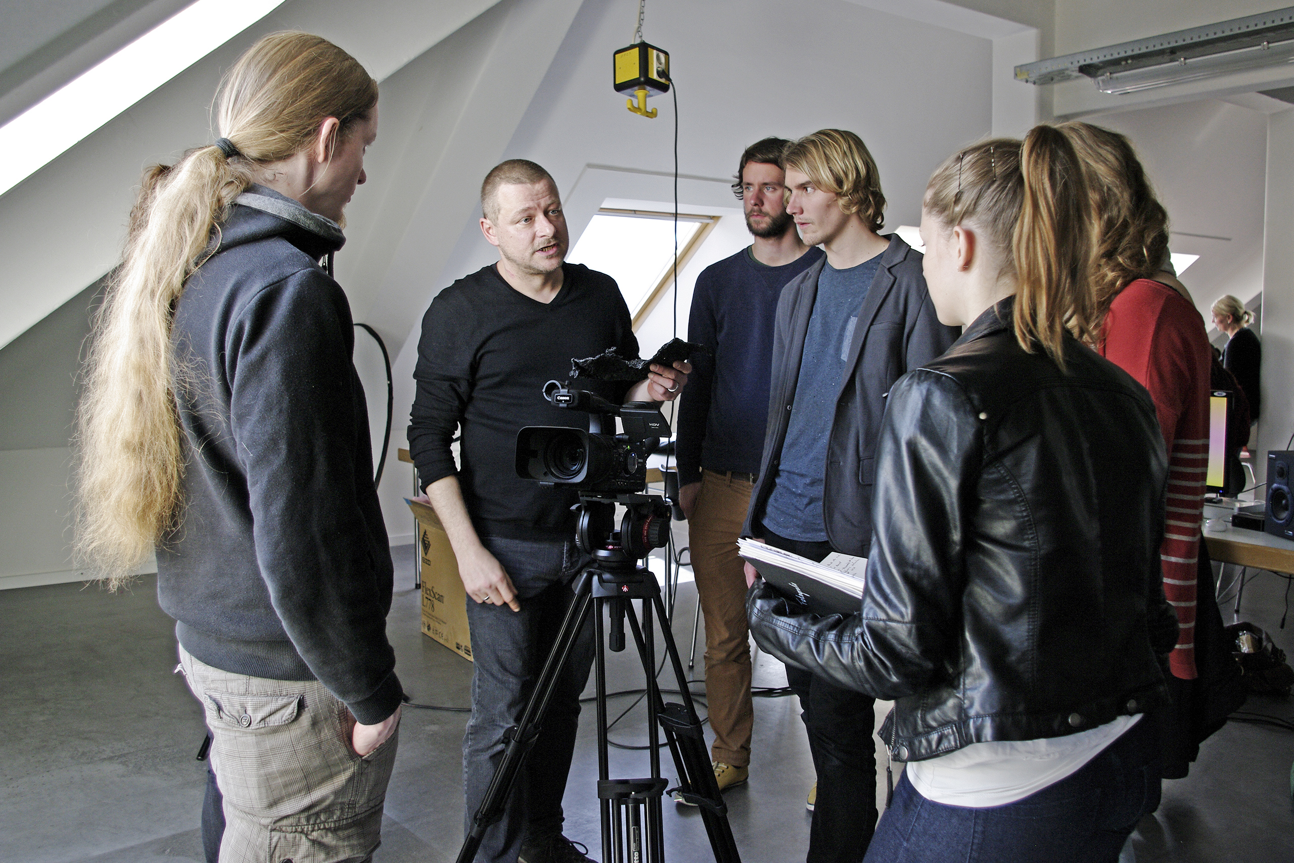 Documentary film workshop with Joanna Maxellon (far right in the back) & Harald Jantschke (at the camera) to prepare the students for the bicycle/documentary excursion to the DMY in Berlin | Photo: Matthias Ries