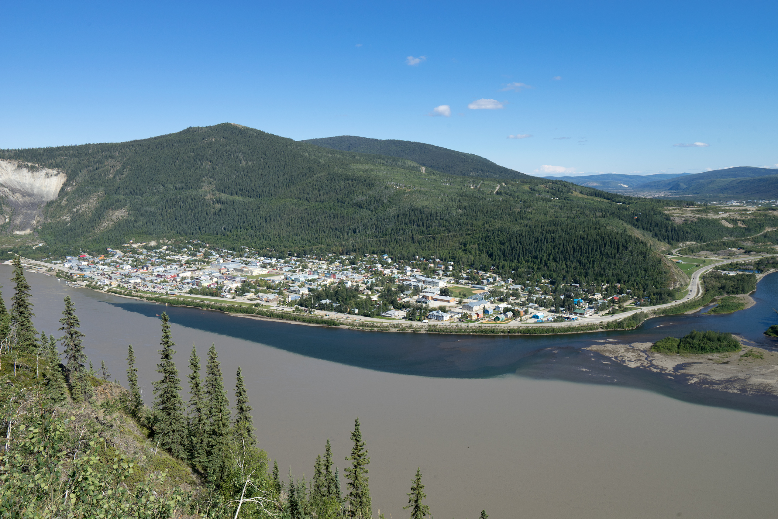 Dawson City and the confluence of the Klondike River (dark, clean) and Yukon River (light, muddy) | Photo: Matthias Ries